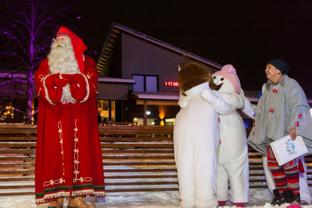 Joulupukki toivotti lumiukot virallisesti tervetulleeksi. Kuva_Lumiukkomaailma_Miika Kangasniemi