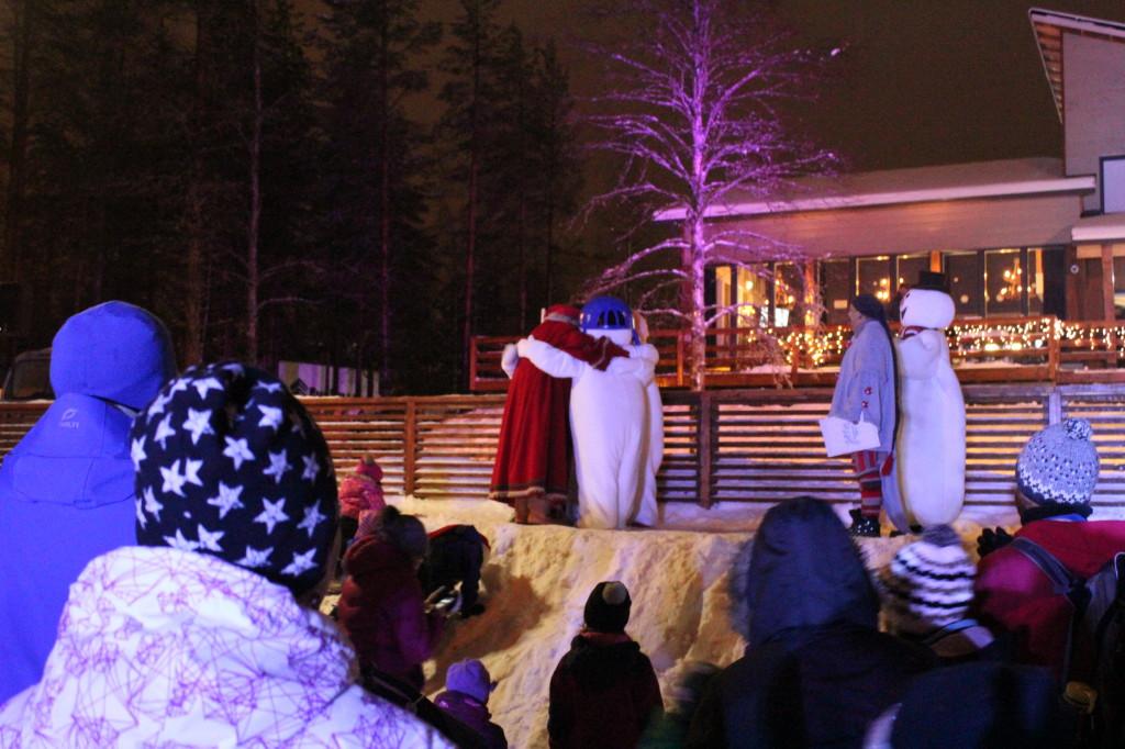 Lumiukot ja Joulupukki halaavat. Lumiukkomaailma. Kuva Tarinakone 2014.